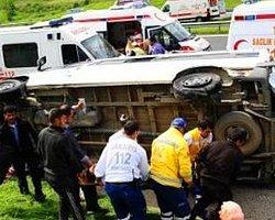Düzce'de Minibüs Devrildi: 12 Yaralı
