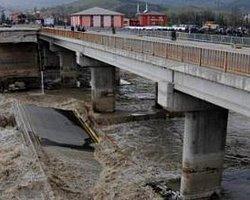 Çöken Köprüde Kaybolan Kişi Sayısı 15'e Yükseldi