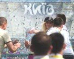 FEMEN üyesi Euro 2012 kupasına saldırdı