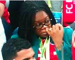 Şampiyonlar Ligi Final Maçında Burnunu Karıştıran Kadın