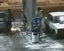 Benzin Alırken Kibrit Yakan Şoför - Video