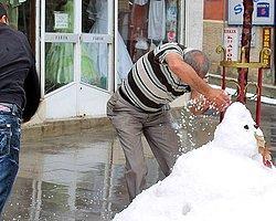 Erzurumlu Yaz Ortasında Kar Topu Oynadı