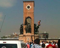 Taksim Anıtı'na Çıplak Çıkan Adamı  Linç Etmek İstediler