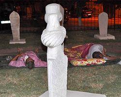 Güreşleri İzlemek İçin Mezarlıkta Yatıyorlar