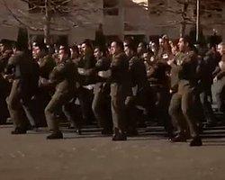 Yeni Zelandalı askerlere HAKA danslı uğurluma