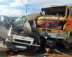 Kamyon Minibüsün Üzerine Devrildi: 3 Ölü