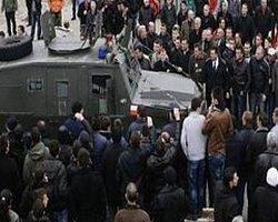 Kosova'da Gerilimli Gösteri