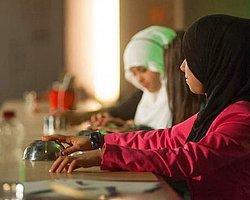 Mısır'da Başörtüsü Takmayan İki Kız Öğrencinin Saçlarını Kesen Öğretmene 6 Ay Hapis Cezası