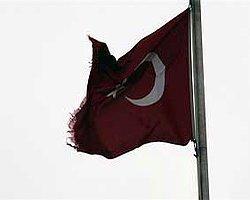 Şehitliğe Yakışmayan Bayrak