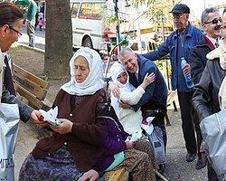 CHP'li Kadınlar 2 Bin Tane Başörtüsü Dağıttı