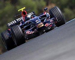 Vettel Ayağını Gazdan Çekmiyor