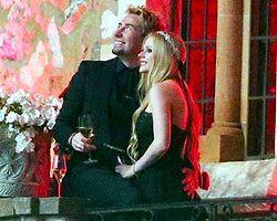 Avril Lavigne Siyah Gelinlik Giyerek Evlendi