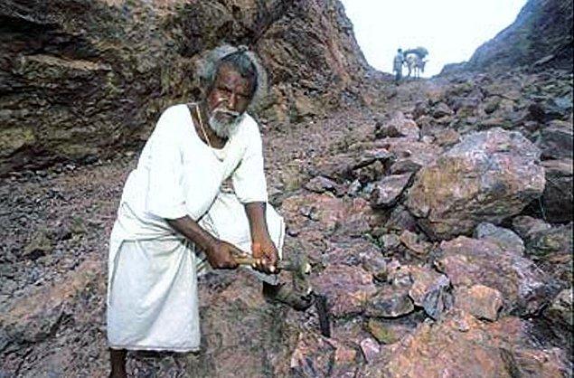 Tam 22 Yıl boyunca tek başına çalışarak dağı delip yol yapan Dashrath Manjhi
