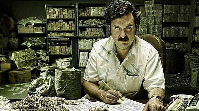Pablo Escobar'ın uyuşturucu karteli o kadar büyüktü ki, her yıl 2500 dolarlık paket lastiği alınırdı.. Paraları tutmak için