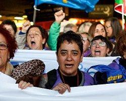 Onbinler Yeni Kürtaj Tasarısını Protesto Etti