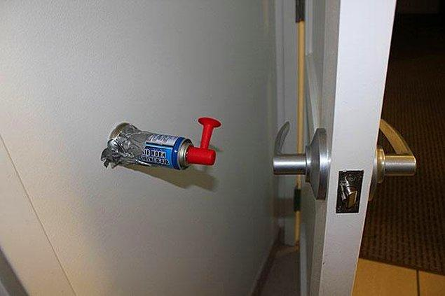 2. Kapının arkasına havalı korna bağlayın