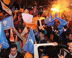 Ak Parti İstanbul İl Merkezi Önünde Sevinç Gösterileri