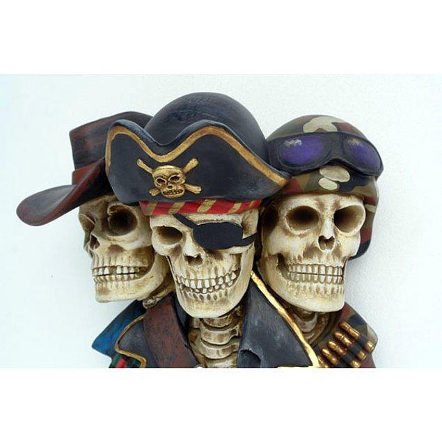 Пираты надевали черную повязку на глаз, чтобы быстрее привыкать к темноте.