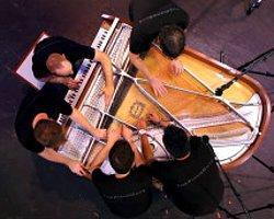 Beş Kişi Bir Piyanoyu Nasıl Çalar?