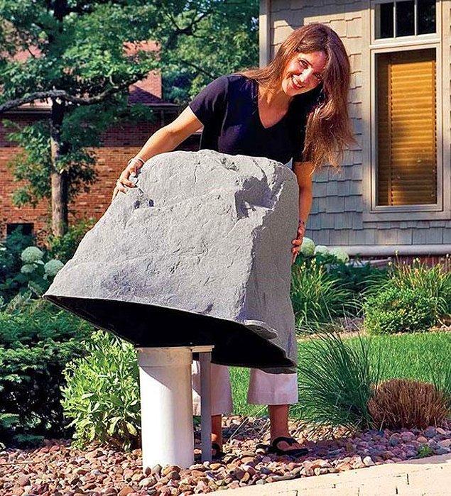 10.Sahta kayalarla bahçe aletlerini gizleme