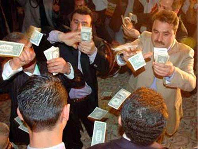 4-) Elindeki sazı-davulu bırakıp yerdeki paraları toplamaya yeltenen düğün sanatçısı.