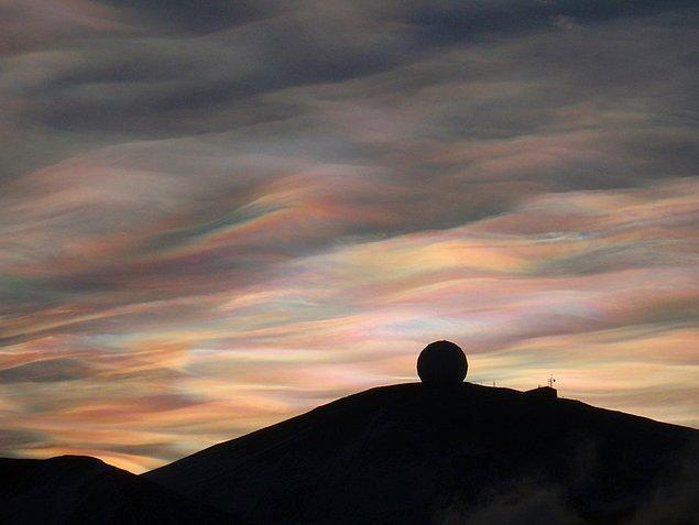 21. Sedefli gibi görünüşleri sebebiyle bu bulutlara 'inci bulutu' deniyor. Sadece kutup bölgesinde güneş batışından sonra ya da doğumundan önce görülebiliyorlar.