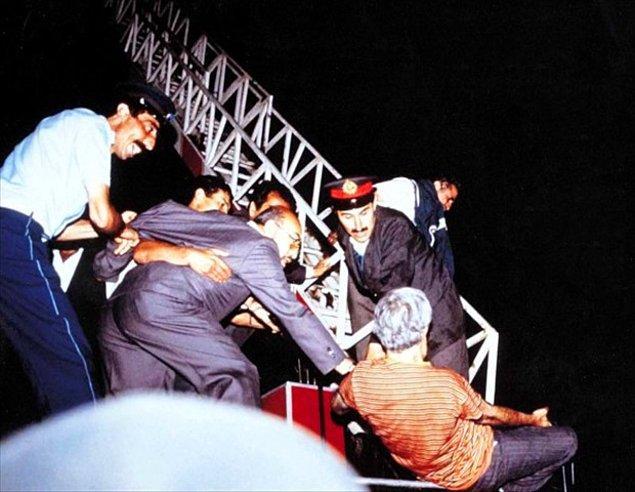 10) İtfaiye merdiveniyle kurtarılmaya çalışılan Aziz Nesin, merdivendeki görevli tarafından darp edilip, merdivenden itfaiye aracı etrafında toplanan karşıt görüşlü kalabalığa doğru itildi