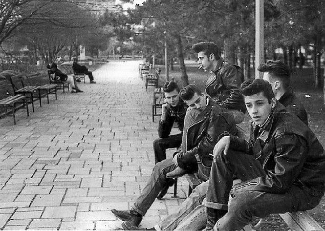 11. New York'ta bir parkta takılan araba tamircileri çetesi (1950)