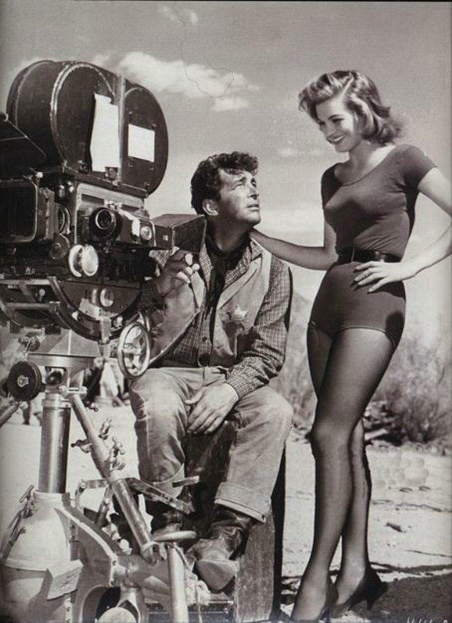 "15. ""Rio Bravo"" setinde bulunan Dean Martin ve Angie Dickinson (1959)"
