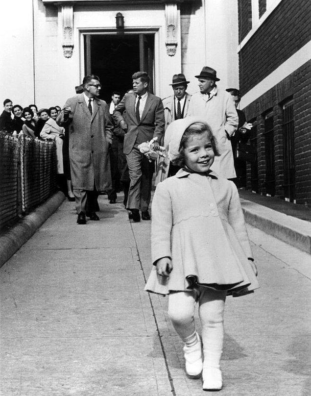 18. Dünyanın en güçlü adamı olan babası bebeğini taşırken önde yürüyen Caroline Kennedy (1960)