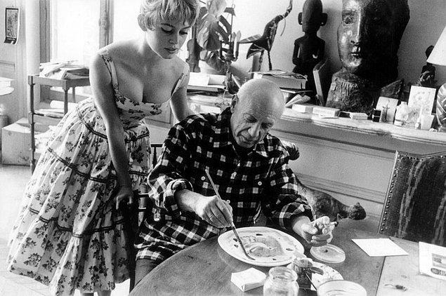 29. Kannas'taki stüdyosunda Pablo Picasso'yu ziyaret eden Brigitte Bardot (1956)