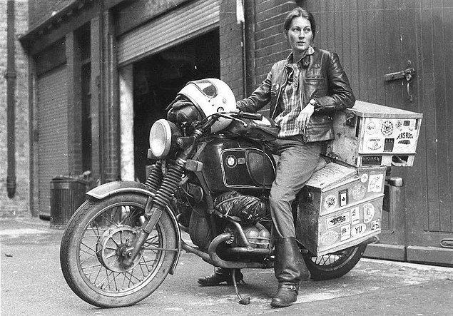 36. Dünyanın etrafını motosikletle dolaşan ilk İngiliz kadın olduktan sonra Elspeth Beard. Yolculuk 3 yıl sürdü ve bu süre zarfında 77250 km yol aldı