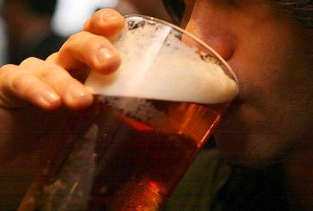 2. Soğuk havalarda ısınmak için alkol almak son derece tehlikelidir. Yüzeysel damarlarda genişlemeye yol açan alkol bir süre kendinizi ısınmış gibi hissetmenize yol açarken, vücudun ısı kaybını kolaylaştırır. Bu da donmayı çabuklaştırır.