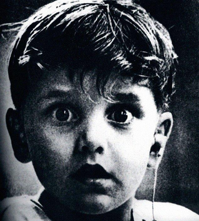 1. Şaşkınlık; Doğuştan sağır olan Harold Whittles'a işitme cihazı takıldıktan sonra duyduğu ilk seslere verdiği tepki.