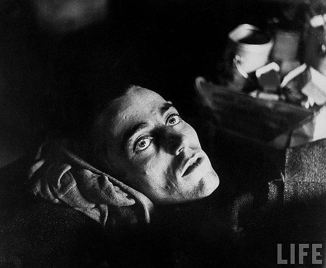 12. Yorgunluk; Müttefik kuvvetler tarafından Alman esir kampından kurtarılan bir Amerikan askeri.