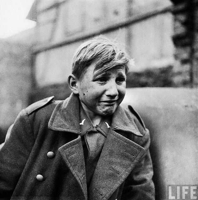 13. Korku; Müttefik Kuvvetler tarafından esir alınan 15 yaşındaki Alman askeri Hans-Georg Henke ( 3 Nisan 1945 )