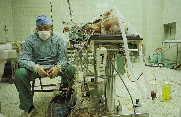 19. Rahatlama; 23 saat süren başarılı bir kalp nakli sonunda yaşanan rahatlama. Doktorun yorgun asistanı kenarda uykuya dalmış.