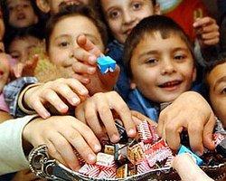Şeker Toplamaya Gelen Çocuklara Verilen ;