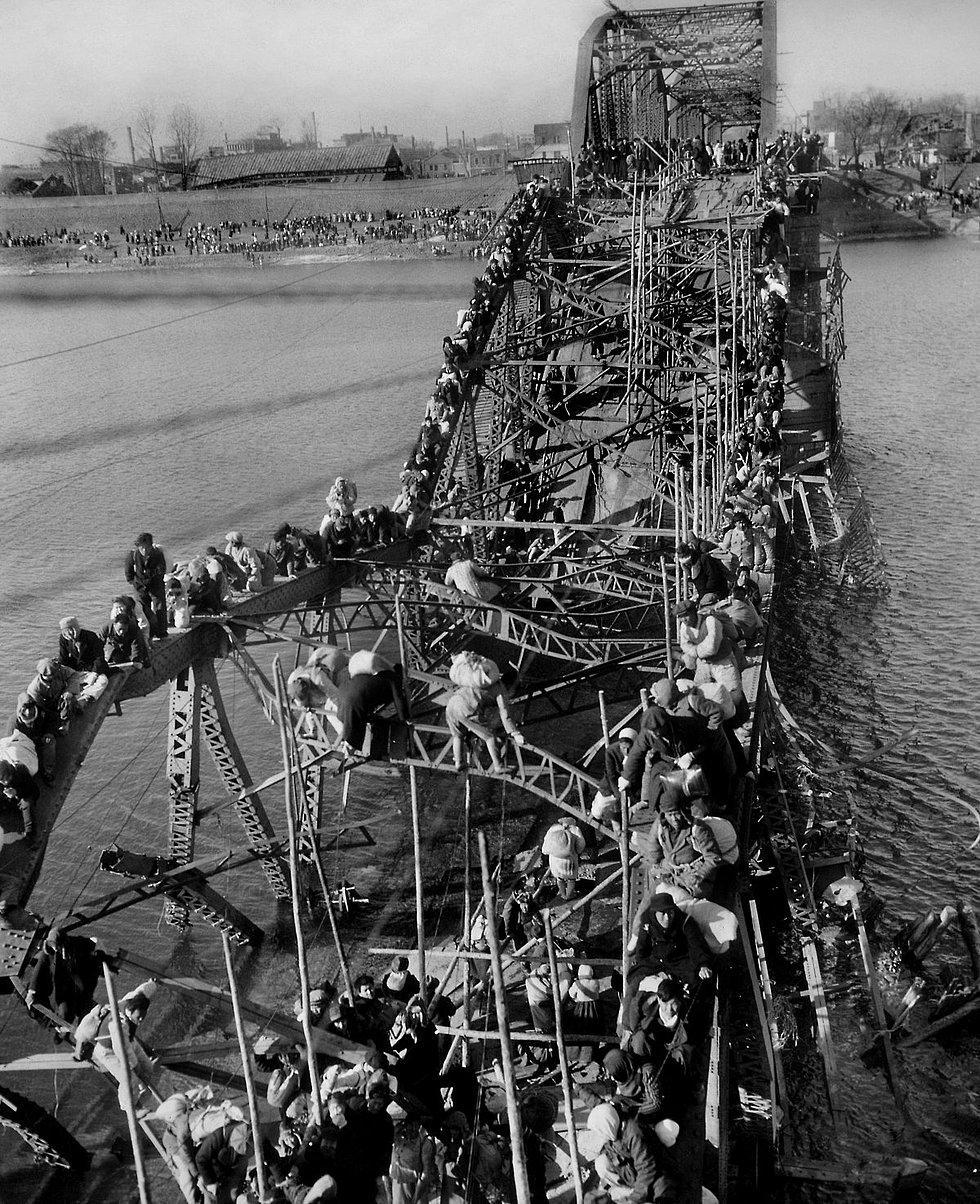 1951'de Max Desfour'a Pulitzer kazandıran fotoğraf. Komünist Çin istilası sonrası Kuzey Kore'nin Pyongyang kentinden, yıkık köprünün kalıntılarını kullanarak kaçmaya çalışan insanlar