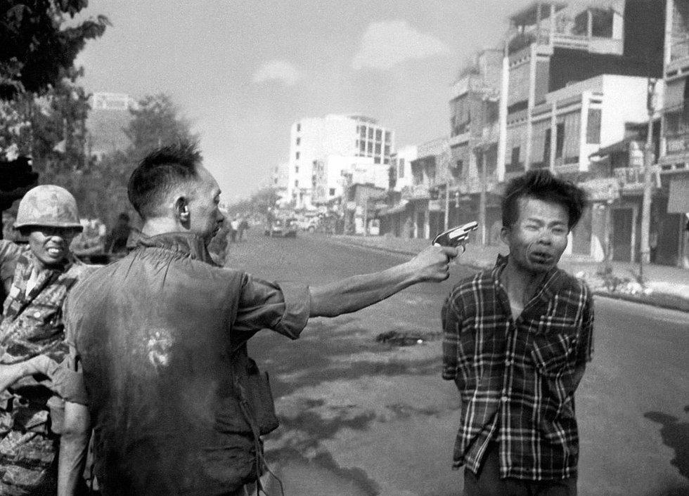 Efsanevi fotomuhabir Eddie Adams'ın bu fotoğrafını görmeyen yoktur. 1969 yılında Pulitzer kazanan bu fotoğraf, Güney Vietnam'lı polis şefi generalin, VietKong generalini infazını gösteriyor.