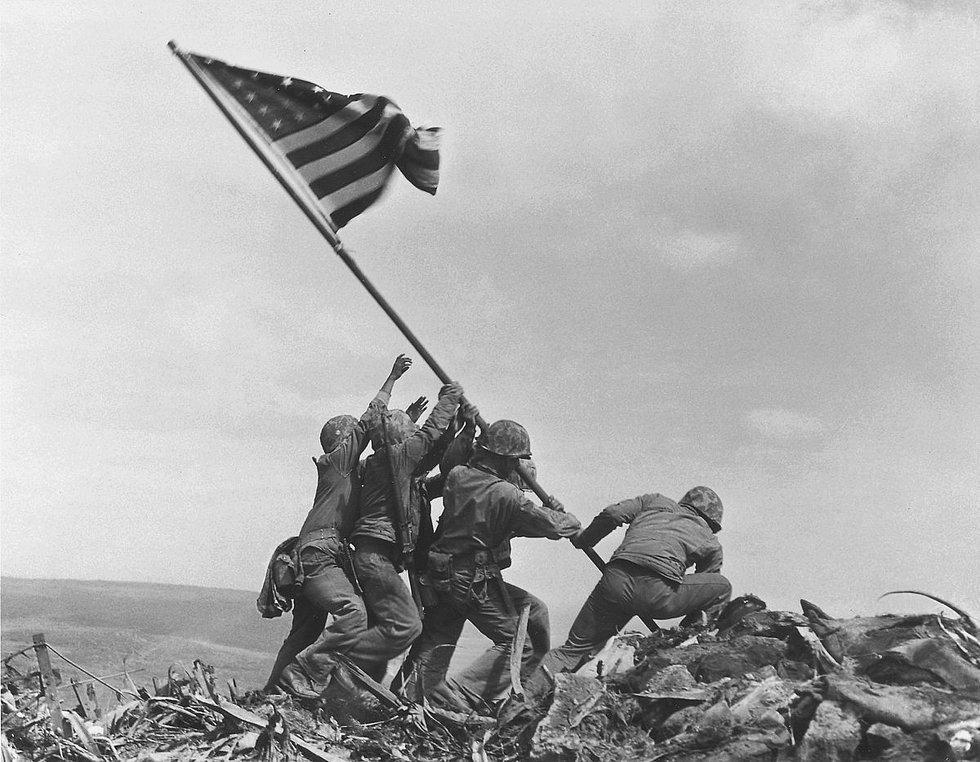Bu ikonik fotoğraf Joe Rosenthal'e 1945 yılında Pulitzer kazandırmış. 2. Dünya Savaşı'nın en ünlü ve kanlı muharebelerinden birinin meydana geldiği Tokyo'nun yaklaşık 1000km açıklarında bulunan Iwo Jima adasında çekilmiş.