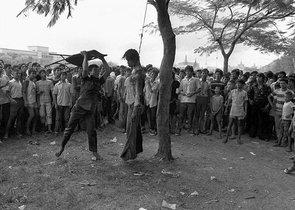 1976 yılında Neal Ulevich tarafından çekilen fotoğraf 1977'de Pulitzer kazandı. Bangok'daki Thammasat Üniversitesi'nin bahçesinde asılmış bir üniversite öğrencisi görülüyor. Öğrenciler, eski asker olan devlet başkanı aleyhine gösteri yapınca, polis böyle bir şiddetle karşılık vermiş