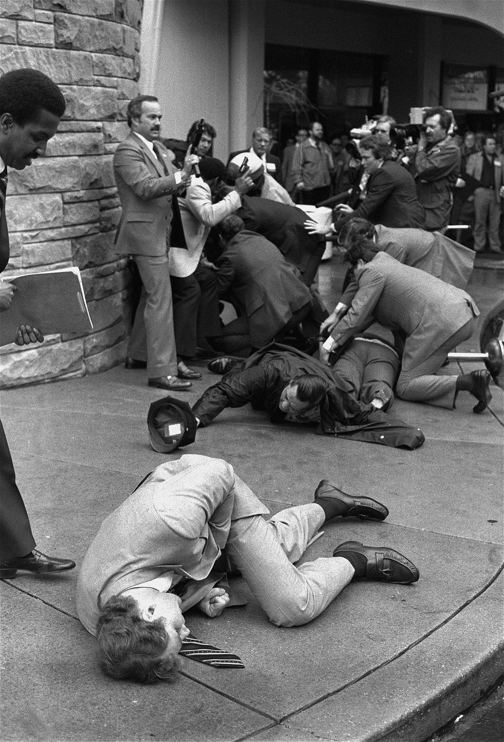 Ron Edmunds tarafından 1981'de çekilen bu fotoğraf, ABD başkanı Ronald Reagan'a doğru ateşlenen 6 el silahtan hemen sonra çekilmiş. Vurulup yerde yatanlar bir gizli seris ajanı, bir polis ve dönemin basın ilişkileri danışmanı Brady. Olaydan sonra felç kalan Brady daha sonra hayatını sivillerin silah almasının bu kadar kolay olmaması için çalışmaya adamış.