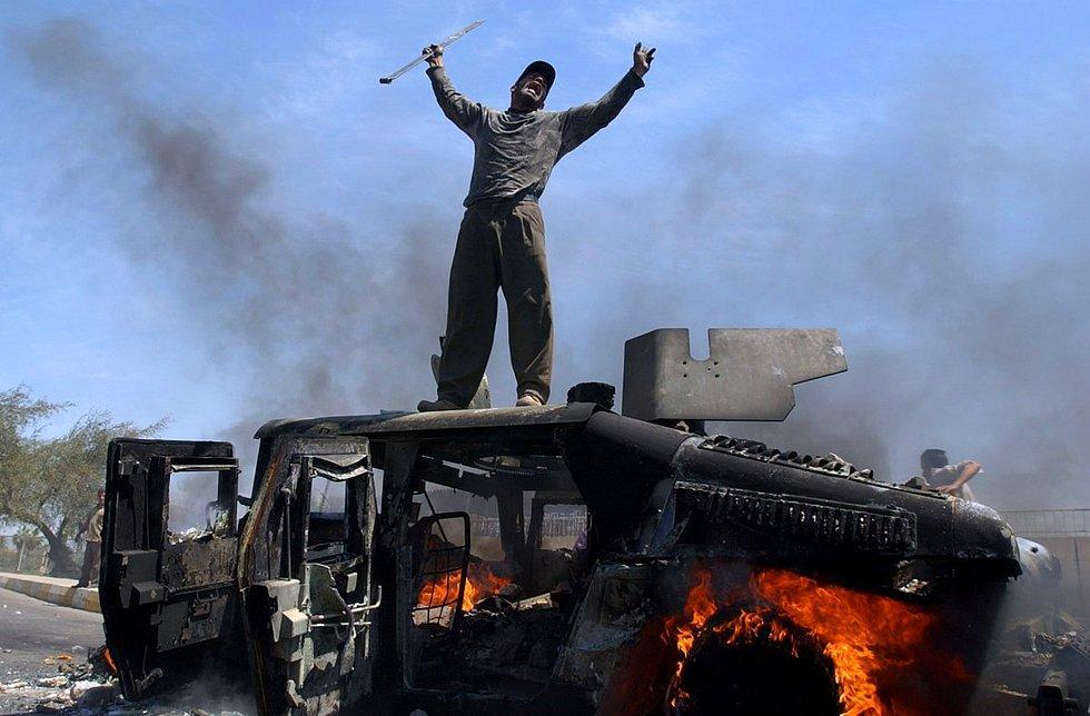 2004 yılında çekilen bu fotoğrafın da içinde bulunduğu 20 fotoğraflık portfolyo, Muhammed Muheisen'e sonraki yıl Pulitzer kazandırdı. Bağdad'da yanan bir Humvee üstündeki Iraklı...