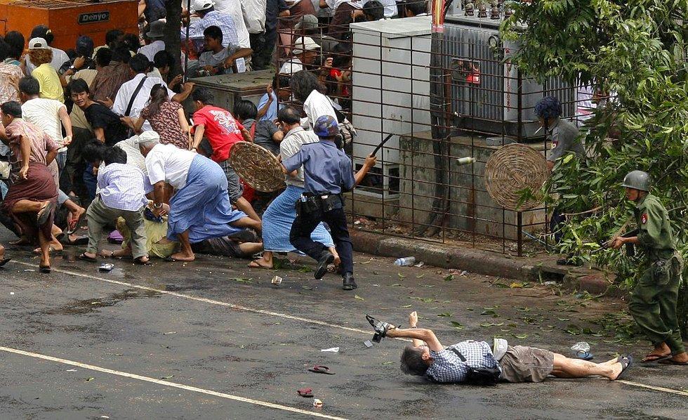 Adrees Latif'e ödül kazandıran bu fotoğrafta yerde yatan Japon gazetecinin, vurulmuş olmasına rağmen hala video çekmeye devam ettiği görülüyor. Fotoğraf  2007'de Myanmar'da çekilmiş