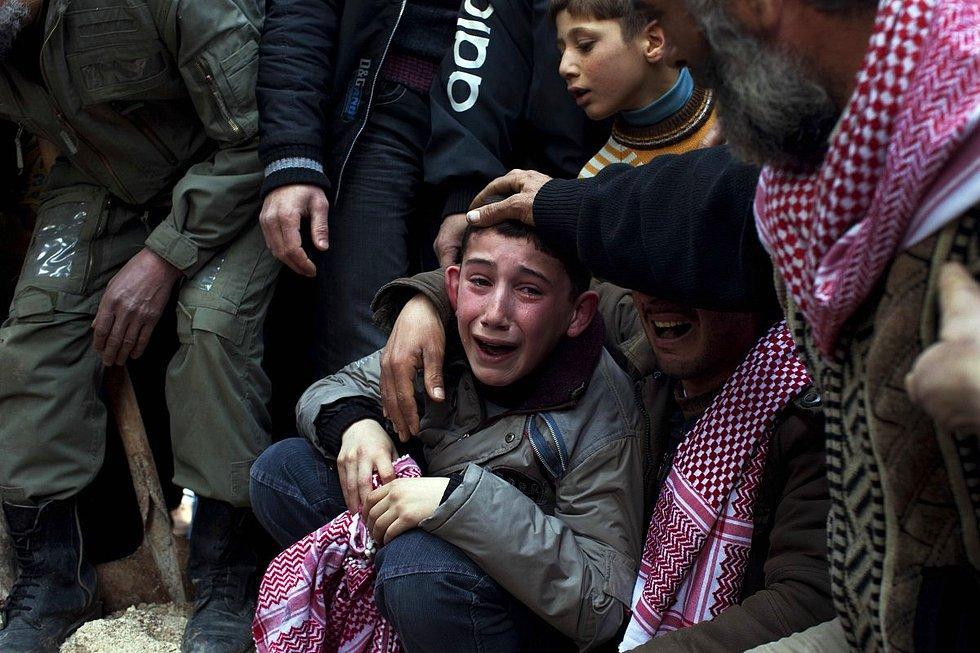 2012'de Pulitzer ödülü kazanan portfolyodan bir fotoğraf. Rodrigo Abd tarafından çekilmiş ve babası Suriyeli bir keskin nişancı tarafından vurulan çocuğun, cenazedeki halini yansıtıyor.