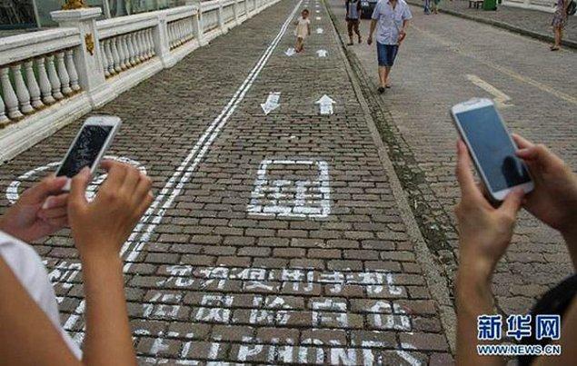 20. Chongqing'de, telefon bağımlısı insanların güvenli bir biçimde yürümelerini sağlamak adına, kaldırımlarda özel bir şerit tahsis edilmiştir.