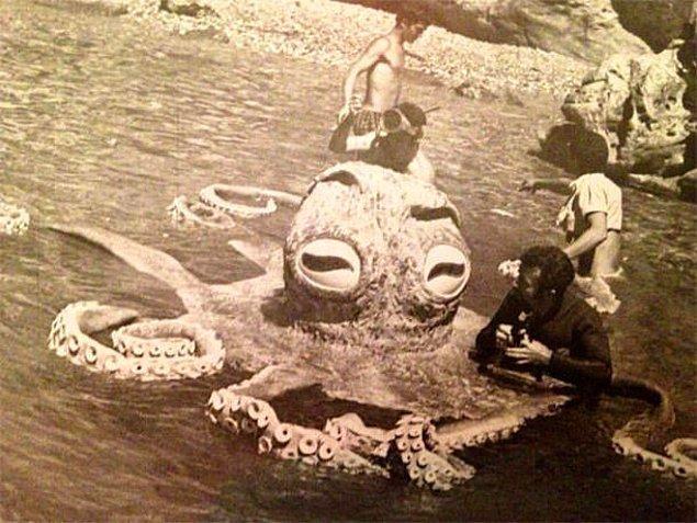 22. Ve işte tarihi belge: Tarkan Viking Kanı filmindeki ahtapotu canlandıran sinema emekçisi! Tarkan Viking Kanı filmindeki ahtapot sahnesi Bodrum Kalesi'nin altında çekilmiştir.