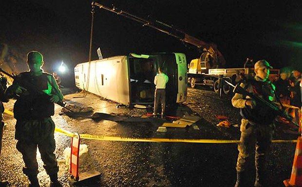 Sivas'ta Polisleri Taşıyan Otobüs Devrildi: 3 Şehit 33 Yaralı