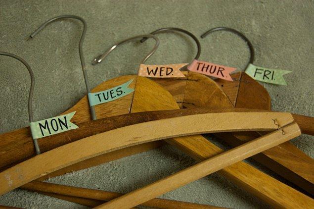 12. Hafta boyunca ne giyeceğinizi önceden belirleyin ve askılarınıza notlar yazın. Zamandan kazanın, telaşınızı azaltın.
